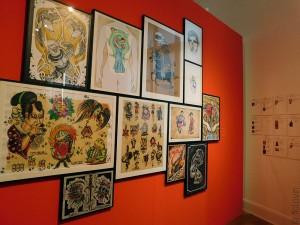 A droite les objets ayant inspirés les tatoueurs pour les tatouages de gauche.
