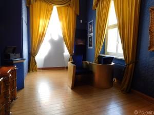 Silhouettes dans une des chambres du château