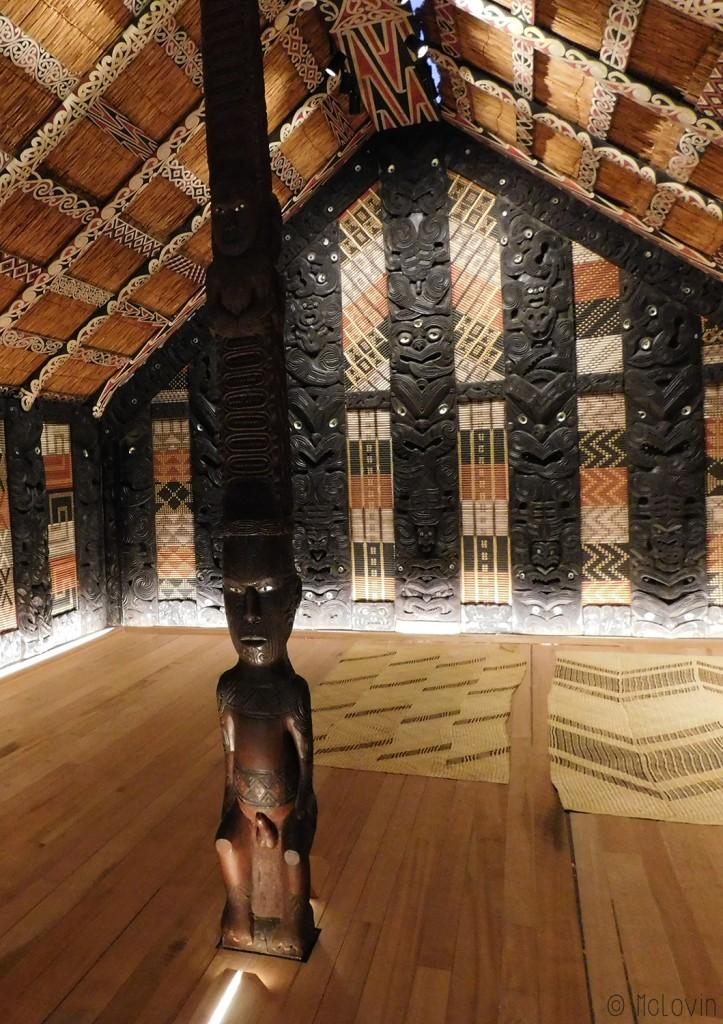 L'intérieur de Rauru le wharenui maori du Musée d'ethnologie d'Hambourg