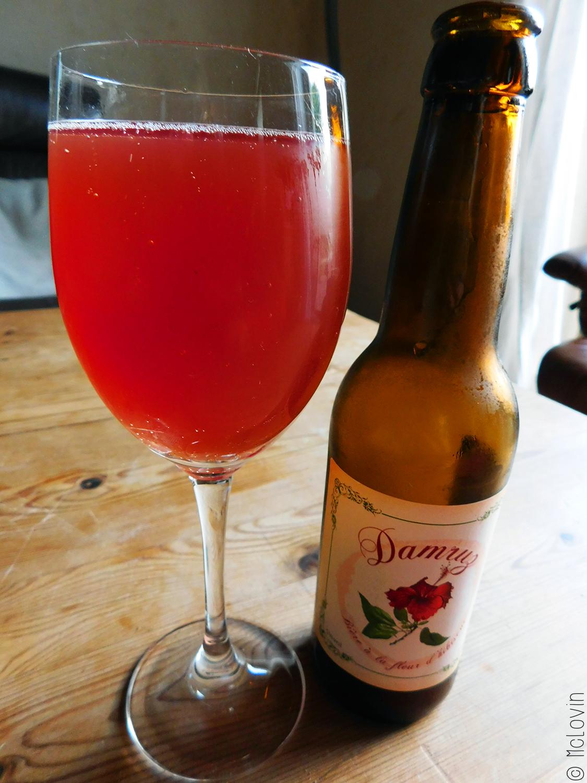 Bouteille et verre de Damruz la bière bretonne à l'hibiscus de la brasserie An Alarc'h