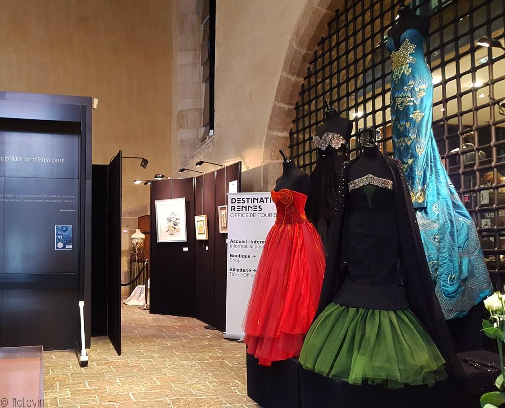 Entrée de l'exposition des 20 ans de l'école de broderie d'art Pascal Jaouen- 4 robes brodées