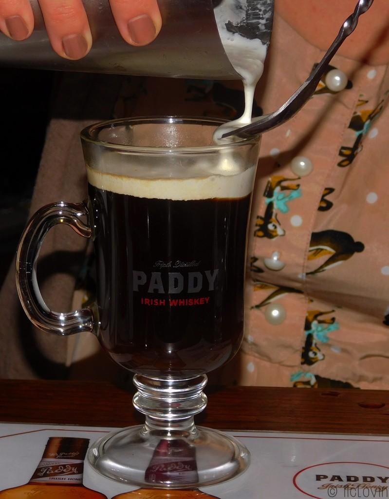 Comment mettre la crème sur l'Irish Coffee