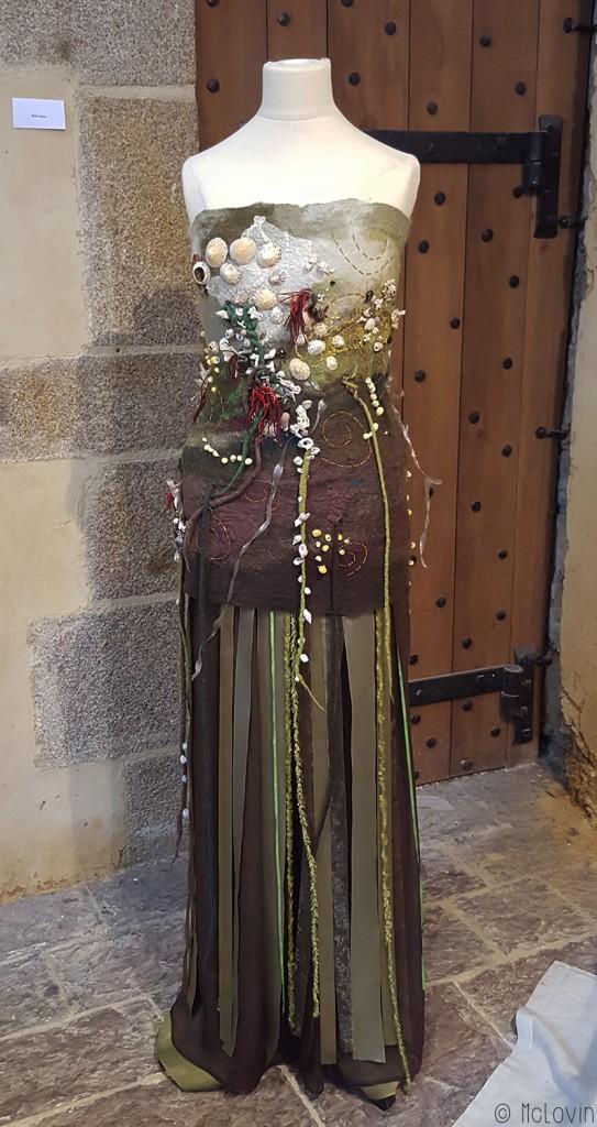 Robe brodée avec des coquillages par Pascal Jaouen