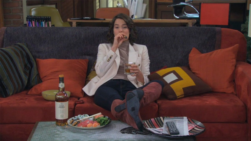 Robin d'How I Met Your Mother buvant du whisky
