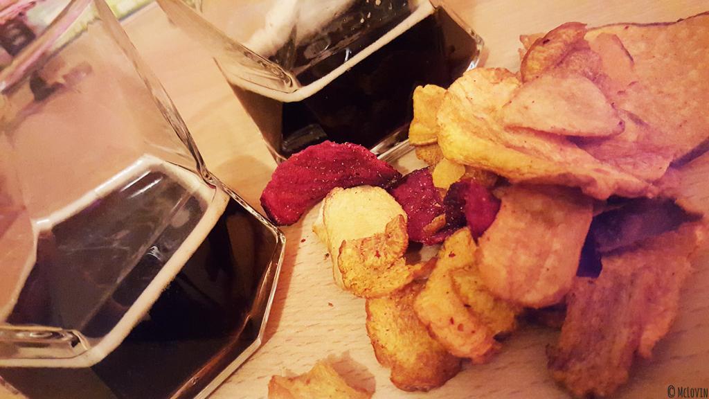 La Chocolate Porter de la brasserie La Dilettante servie avec des chips de légumes