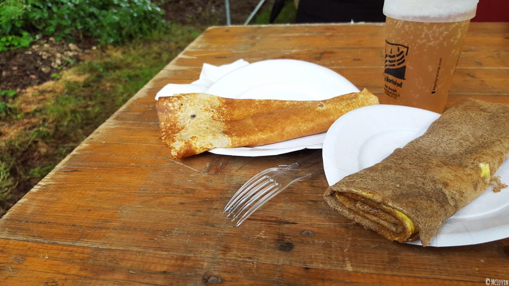 """Une galette, une crèpe et une bière au festival """"Des Fibres au Fil"""" en Bretagne, dans les Monts d'Arrée"""