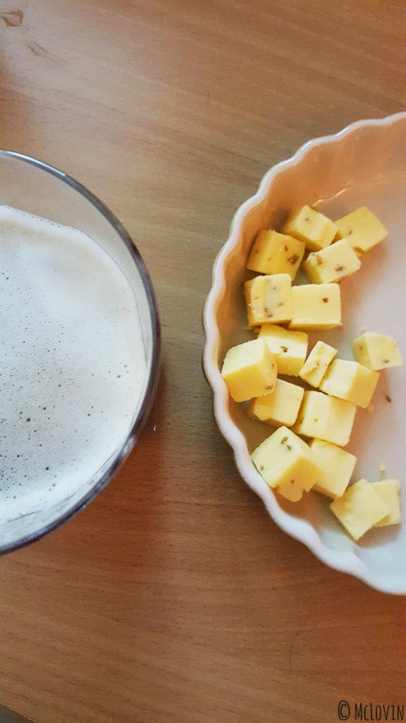 Bière ambrée Lunik de la brasserie de la Pleine Lune vue de haut avec du gouda au cumin