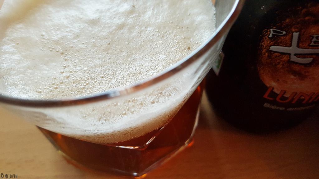 La Lunik bière ambrée de la brasserie de la Pleine Lune servie en verre avec sa mousse