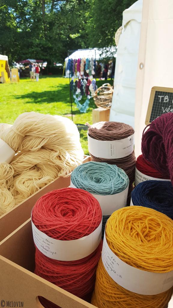 """Grosses pelotes de laine au festival """"Des Fibres au Fil"""" en Bretagne, dans les Monts d'Arrée"""