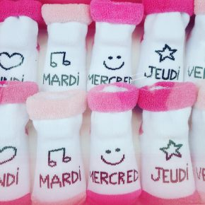 Photo Instagram de petites chaussettes rigolotes dans une vitrine du centre ville de Dinan lors de l'Instameet Dinan Léhon 2016