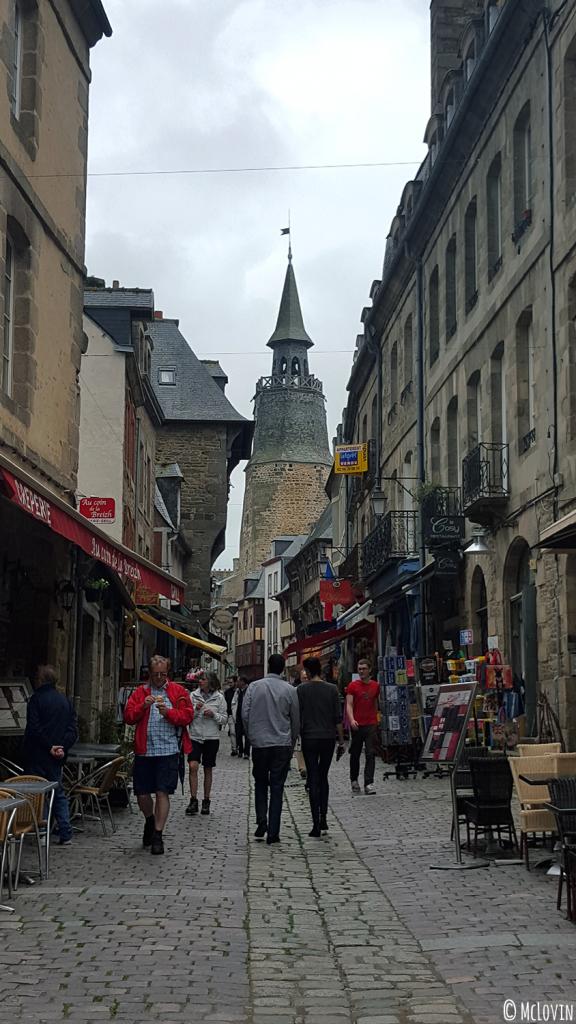 La Tour de l'Horloge et une rue du centre ville de Dinan Vitrine rétro dans le centre ville de Dinan lors de l'Instameet Dinan Léhon 2016
