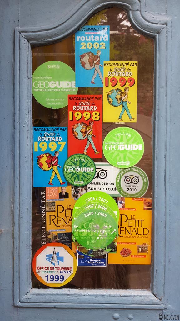 Autocollants de labels sur la vitre d'un restaurant fermé rue du Jerzual à Dinan pour l'Instameet Dinan-Léhon 2016
