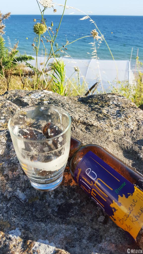 Bière brune P'tite Mamm de la Brasserie de Rhuys finie à la plage de KErvillen à la Trinité-sur-Mer dans le Morbihan
