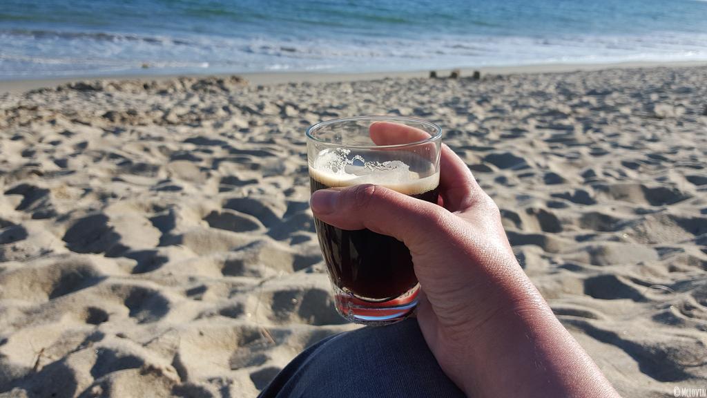 La P'tite Mamm brune de la Brasserie de Rhuys en verre à la plage de Kervillen à la Trinité-sur-Mer dans le Morbihan