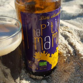 La P'tite Mamm brune de la Brasserie de Rhuys servie au verre sur la plage de Kervillen à la Trinité-sur-Mer
