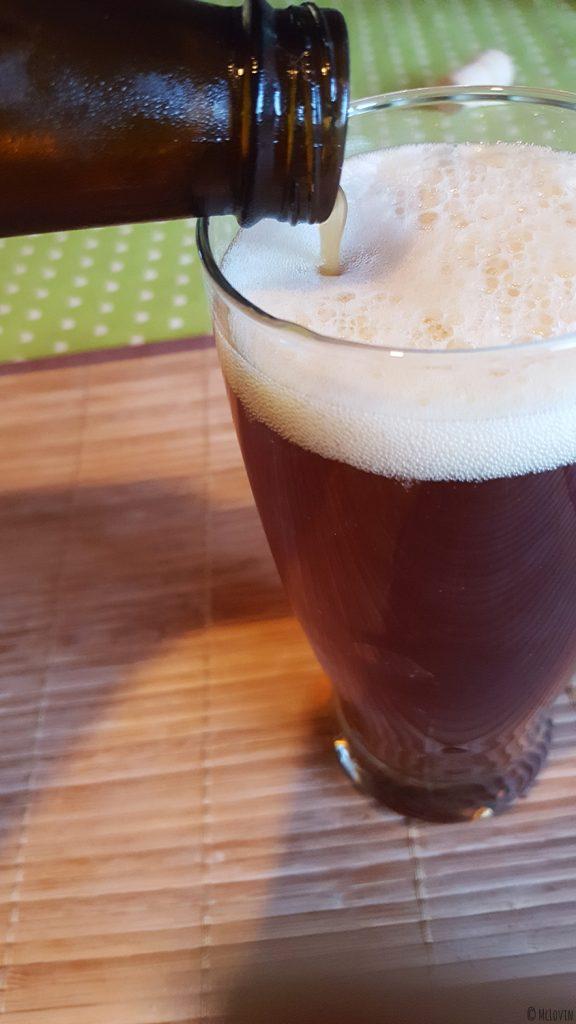Bière Corne du Diable de la brasserie canadienne et québécoise Dieu du Ciel ! en train d'être servie dans un verre.