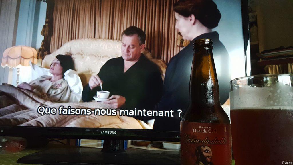 Bière Corne du Diable de la brasserie canadienne et québécoise Dieu du Ciel ! devant un épisode de la série Downton Abbey