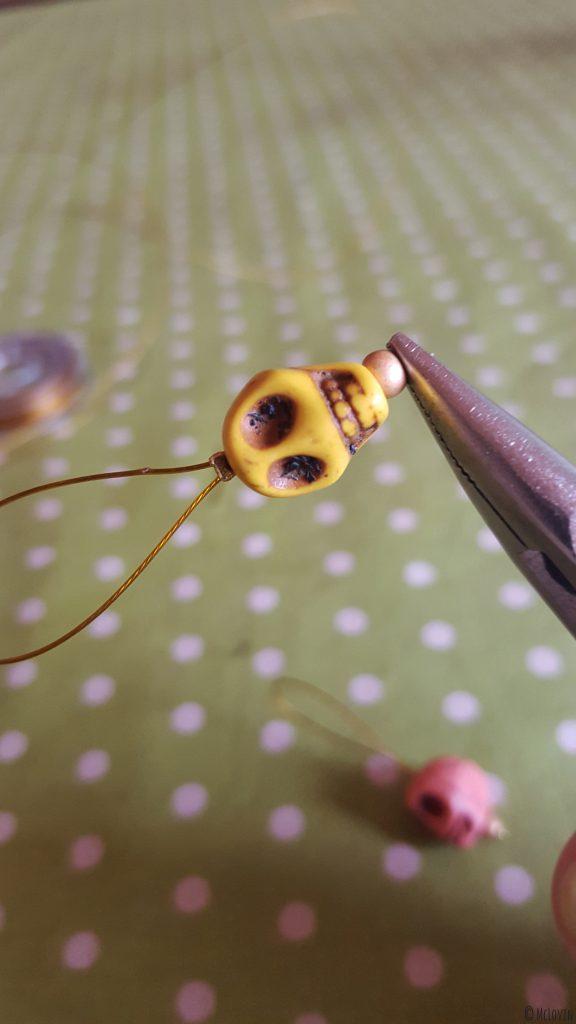 """La fabrication d'un anneau marqueur jaune pour tricot """"Día de muertos"""" : serrage de la perle à écraser ! DIY"""