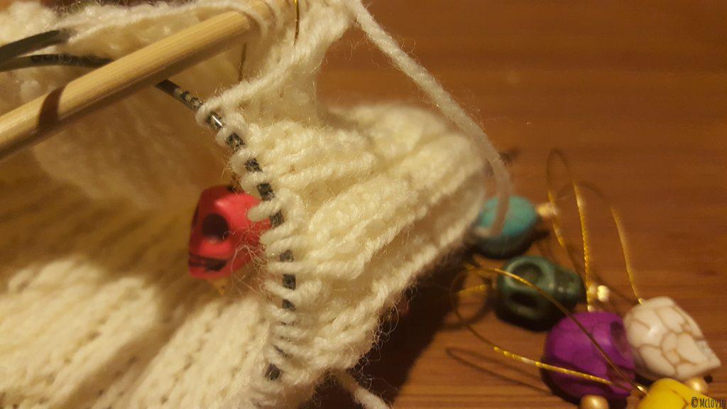 """Un anneaux marqueur """"Día de muertos"""" dans un tricot de chaussettes pour marquer le début du rang. DIY"""