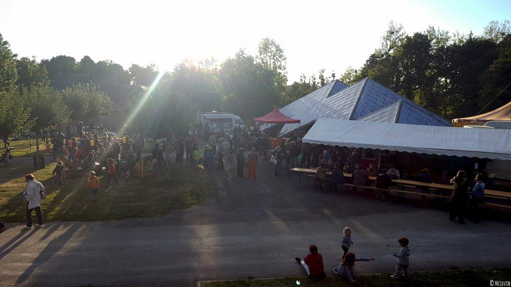A l'extérieur de La P'tite Chope, fête des bières locales à Hédé-Bazouges en octobre 2016