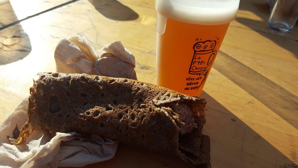 Galette saucisse et verre de bière à La P'tite Chope, fête des bières locales à Hédé-Bazouges en octobre 2016