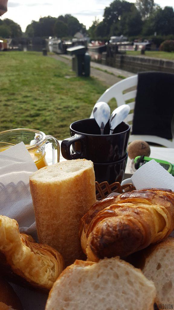 Petit déjeuner sur l'écluse de la Madeleine avec Ille Flottante, hébergement insolite sur le Canal d'Ille et Rance à Hédé-Bazouges (35)