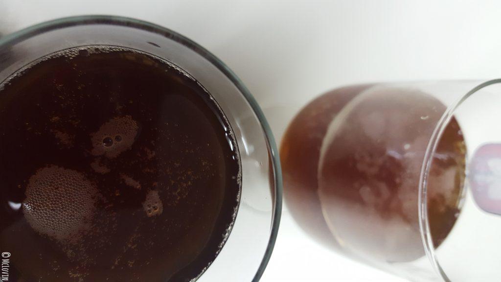 Mélusine de Noël, bière de saison par la brasserie vendéenne Mélusine servie dans deux verres.