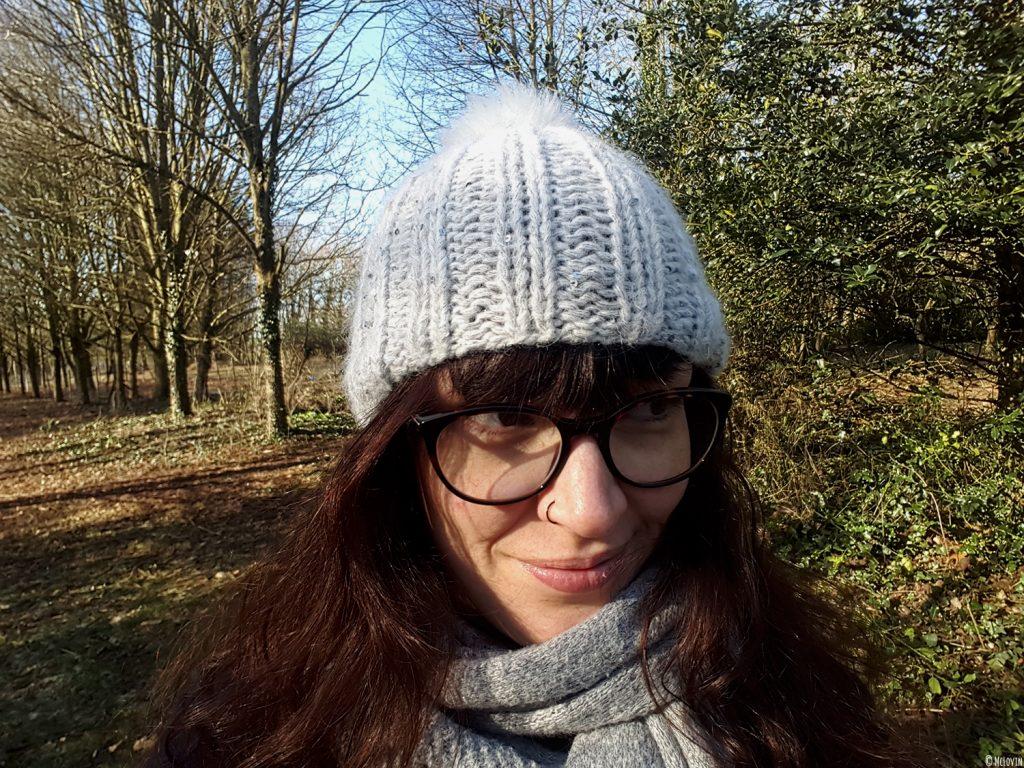 Mon bonnet Chic de Phildar tricoté et moi dans mon jardin.