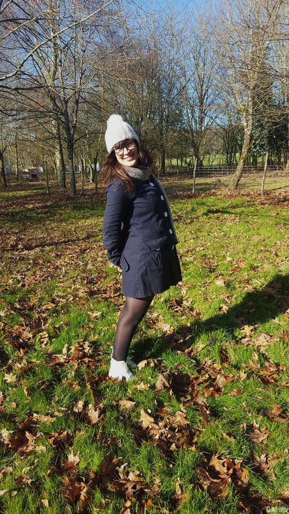 Moi debout dans mon jardin avec mon bonnet Chic de Phildar tricoté sur la tête.