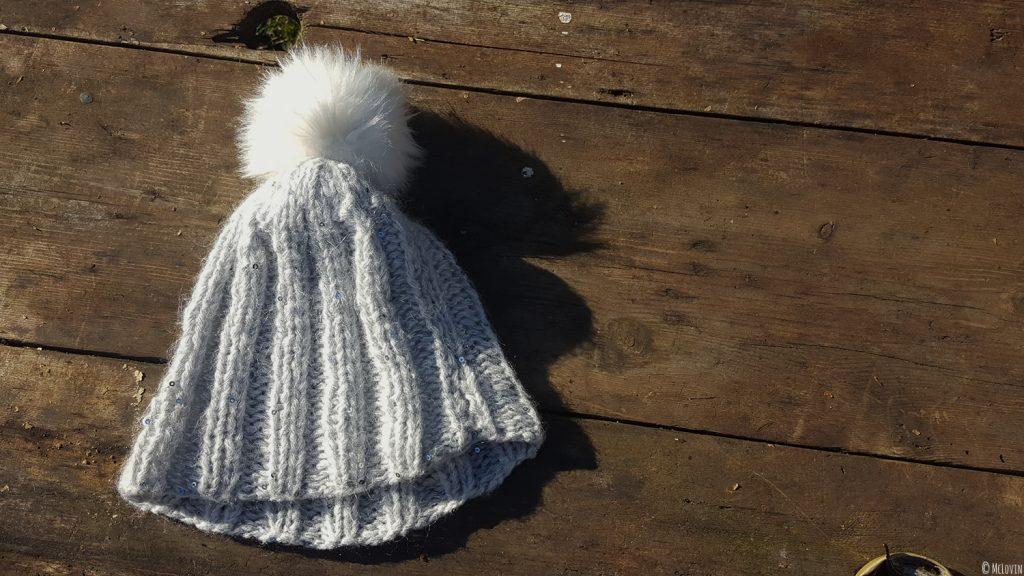 Le bonnet Chic de Phildar tricoté sur une table en bois