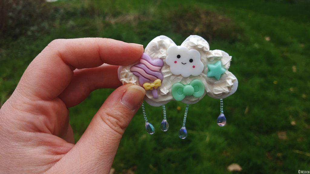 La broche nuage de chantilly kawaï, faite par McLovin en Fimo et crème de Wepam avec des cabochons, terminée.