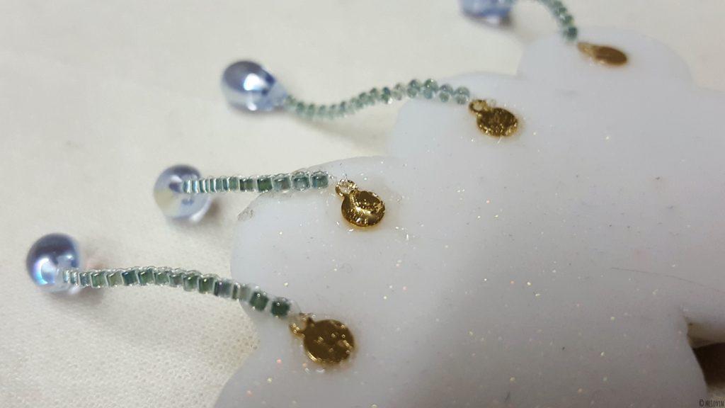 Attaches des gouttes de pluie en perles à l'arrière de la broche nuage en pâte polymère et fausse chantilly faite par McLovin.