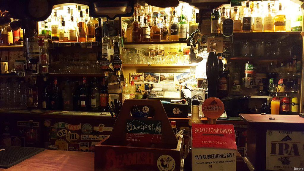 Vue du choix de bouteilles du Westport Inn, bar et pub irlandais à Rennes.