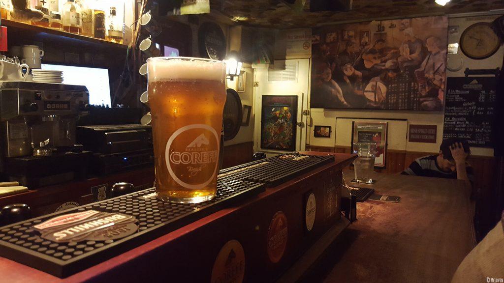 Une pinte de Coreff sur le bar du pub irlandais The Westport Inn à Rennes.