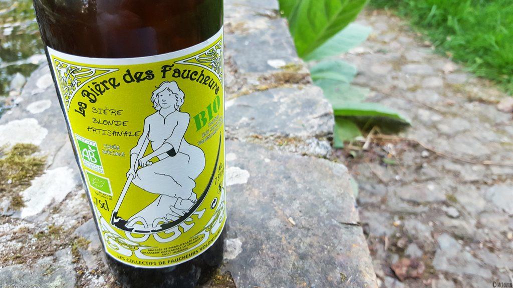 Bouteille de la bière blonde des Faucheurs Volontaires d'OGM dans le jardin.