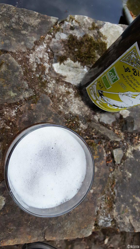 La bière blonde des Faucheurs Volontaires d'OGM servie dans un verre dans le jardin vue du dessus.
