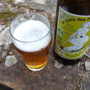 Bouteille et verre de la bière blonde des Faucheurs Volontaires d'OGM.