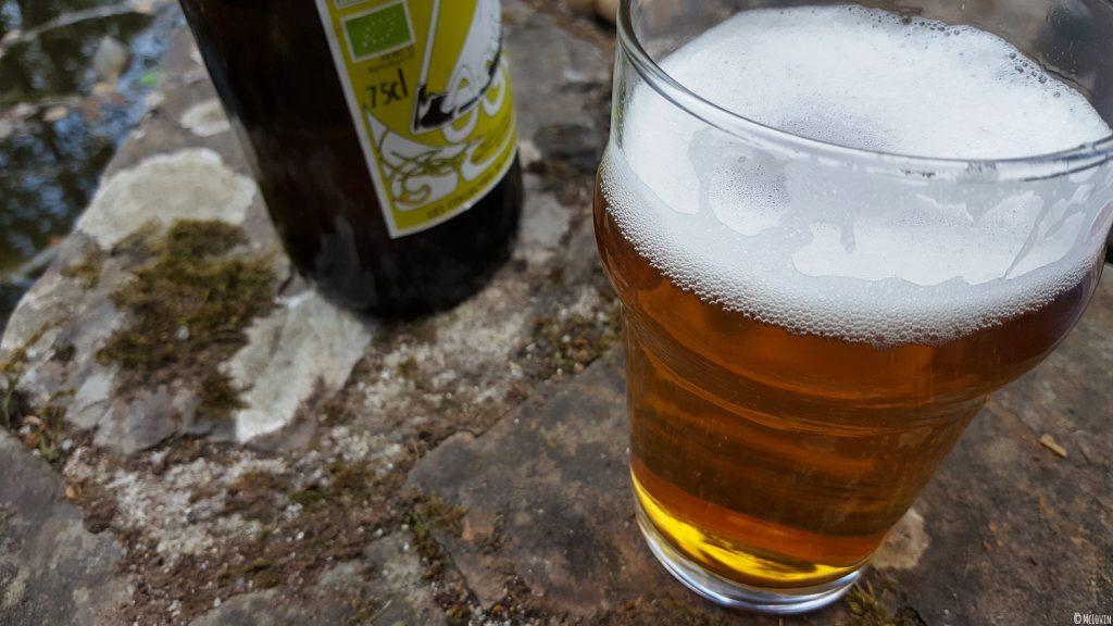 La bière blonde des Faucheurs Volontaires d'OGM servie dans un verre dans le jardin.