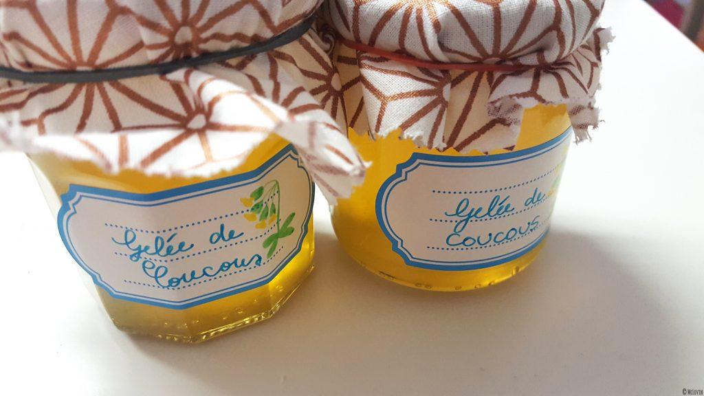 La gelée de fleurs jaunes et comestibles de coucou ou primevère officinale en pots avec étiquettes et cache-pots en chutes de tissus.