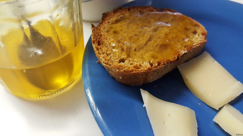 La gelée de fleurs jaunes et comestibles de coucou ou primevère officinale sur du pain accompagnée d'un peu de tomme jeune.