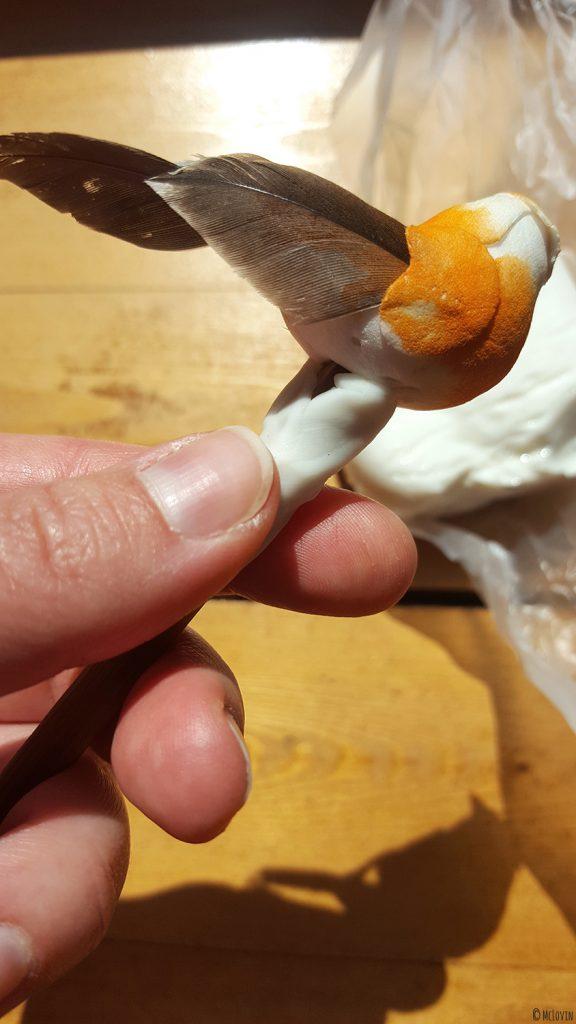 Le pique à cheveux oiseau fait main DIY de McLovin en pleine fabrication.