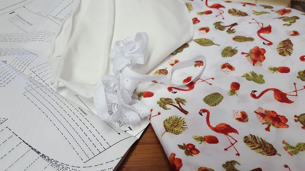 """Le matériel pour la réalisation de la culotte """"Pique-Nique Champêtre"""" du livre """"Coudre sa lingerie"""" de Katherine Sheers et Laura Stanford."""