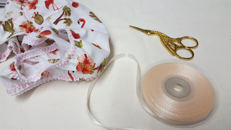 """La culotte """"Pique-Nique Champêtre"""" du livre """"Coudre sa lingerie"""" de Katherine Sheers et Laura Stanford terminée avec le ruban de satin qui a servi pour faire le petit nœud devant."""