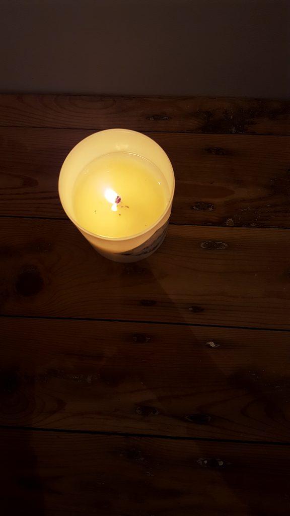 Ma bougie My Jolie Candle parfum linge frais vue du dessus en train de brûler et de diffuser son parfum !