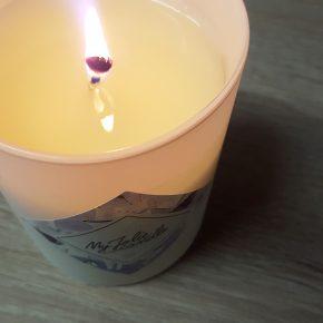 Ma bougie My Jolie Candle parfum linge frais en train de brûler et de diffuser son parfum !