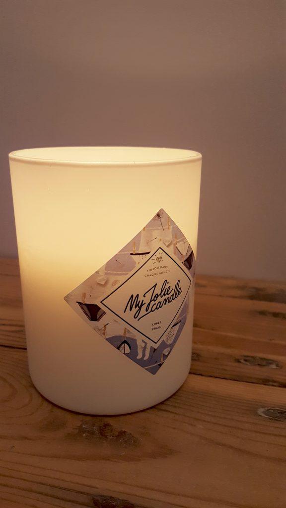 Le photophore blanc diffusant une jolie lumière de ma bougie My Jolie Candle parfum linge frais.