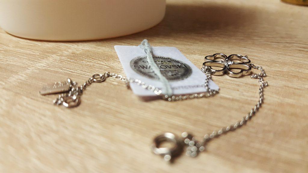 Le bracelet trêfle trop beau avec cristal Swarovski que j'ai trouvé dans ma bougie My Jolie Candle parfum linge frais.