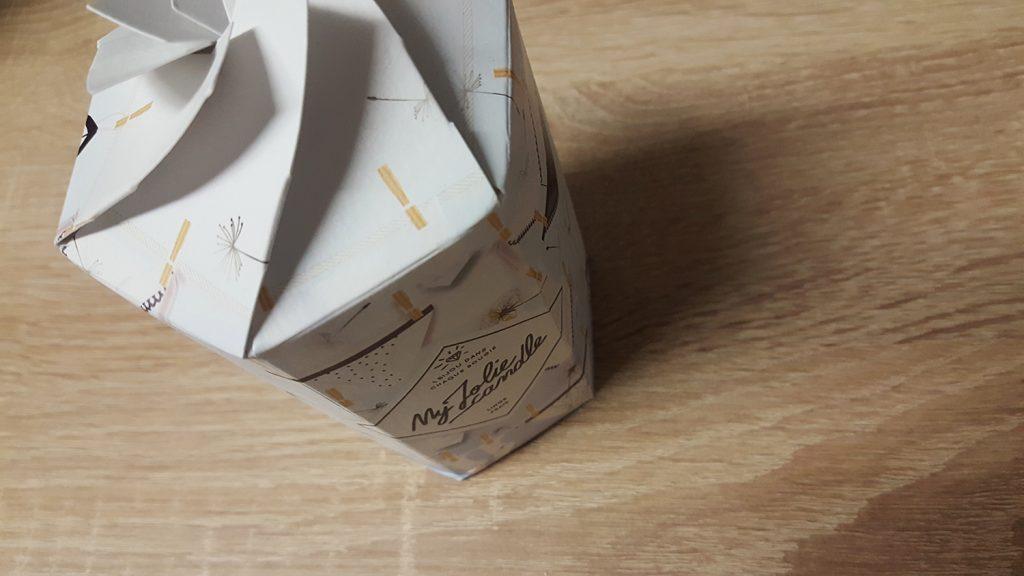 Ma bougie My Jolie Candle parfum linge frais dans son super packaging avec de jolies culottes !