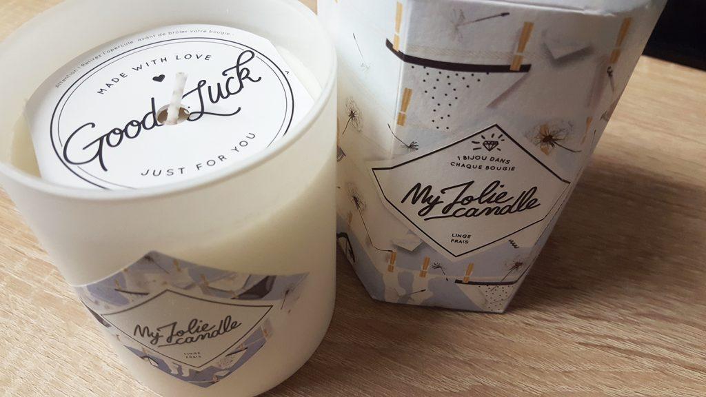 Ma bougie My Jolie Candle parfum linge frais déballée et prête à être utilisée à côté de son super packaging avec de jolies culottes !