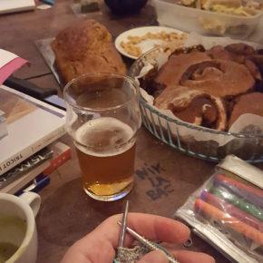 Une vue de l'apéro-tricot au bar librairie le Papier Timbré à Rennes avec du tricot, de la bière ou du thé ou autres, un peu à manger (brioche, cake, tartes, chips...).